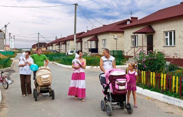 devushka-snimaet-chulki