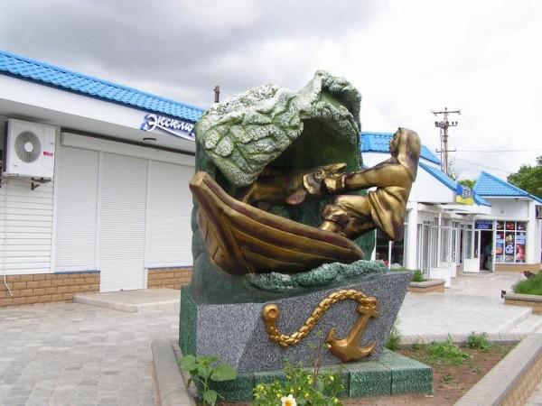 Памятник рыбаку в кирилловке фото